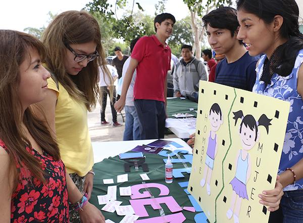 Estudiantes en el evento contra la violencia femenina