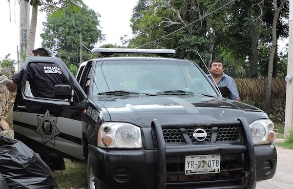 La policía de Peto amedrentando al chofer de la camioneta