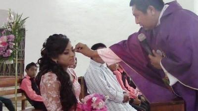 Padres de quinceañera piden castigo para el sacerdote que los trató mal en misa