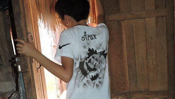 El hijo de Bernardo Caamal Itzá luciendo una camiseta que se mandó pintar para honrar a su papá