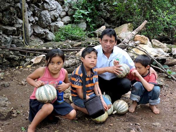 Bernardo Caamal Itzá, alias AruxDuende, compartiendo con niños en los pueblos mayas