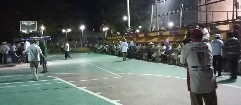 Ejidatarios en la cancha municipal de Conkal, poco antes de la llegada de su abogado