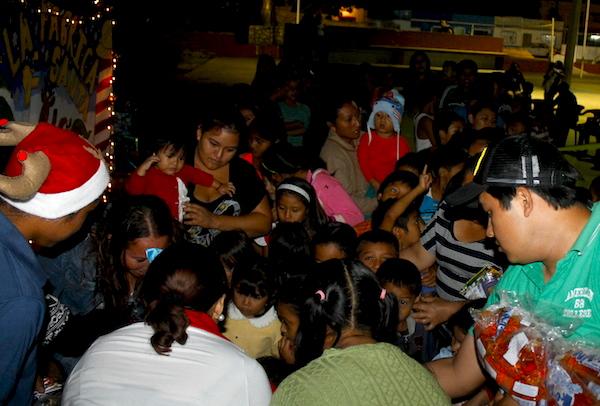 Niños recibiendo dulces y regalos en la colonia Militar, Valladolid