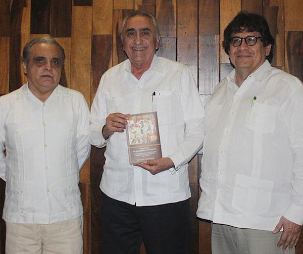 El ex rector de la UADY Carlos Pasos Novelo (centro) y su bueno libro