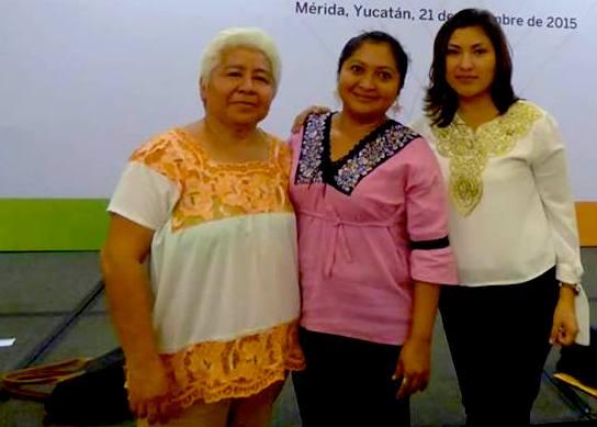Patricia Martínez Huchim acompañada de sus amigas escritoras Lorena Hau y Carolina López