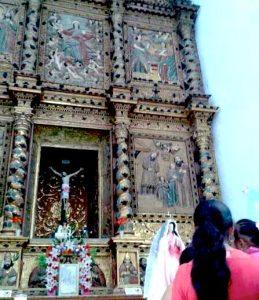 Retablo, Virgen y fieles en la iglesia de Tabi
