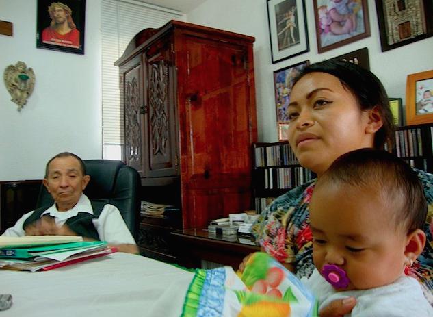 La joven madre Lizsie Pisté Chan en el consultorio del herbolario Jesús Segura, Mérida