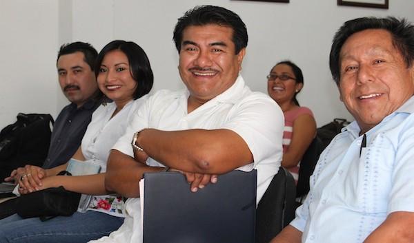 El lingüista Fidencio Briceño Chel (centro)