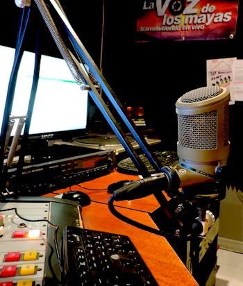 Cabina vacía de la radio XEPET La voz de los mayas