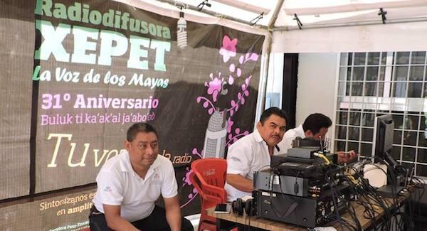 Trabajando al aire libre en XEPET La voz de los mayas