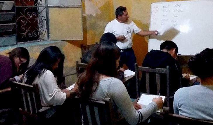 El poeta maya Pedro Uc (Lázaro Kan Ek) enseñando lengua maya en Ticul