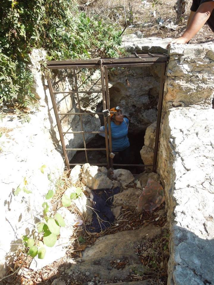 Foto de Grupo Ajau / La arqueóloga Fátima Tec Pool se dispone a bajar a la cueva