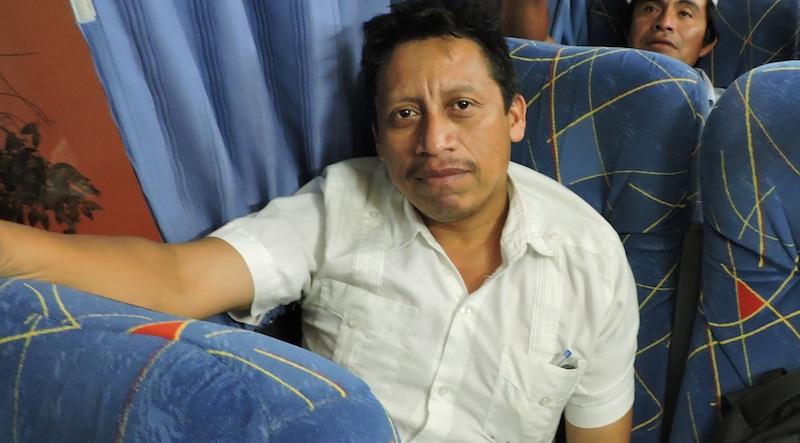 Bernardo Caamal Itzá viajando en un autobús Mérida-Peto