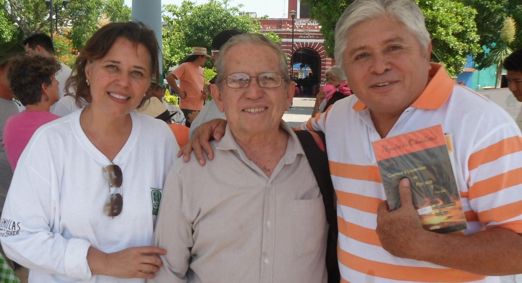 Jesús Solís Alpuche posa con dos de sus amigos. Una señorita no identificada y el presbítero Atilano Ceballos