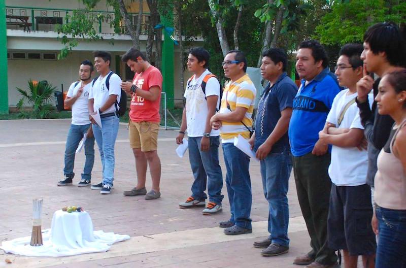 El poeta Wildernaim (de playera azul) Carrillo en una ceremonia de fin de curso en la Universidad Intercultural de Quintana Roo