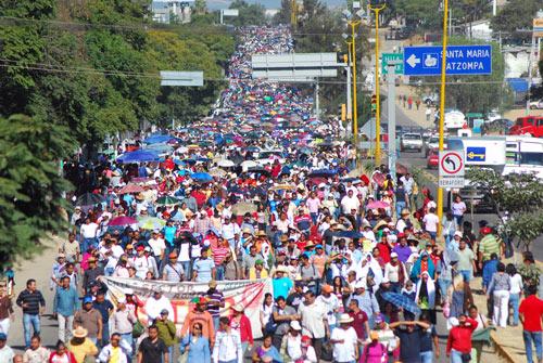 Maestros de Oaxaca en una manifestación. Foto de Proceso