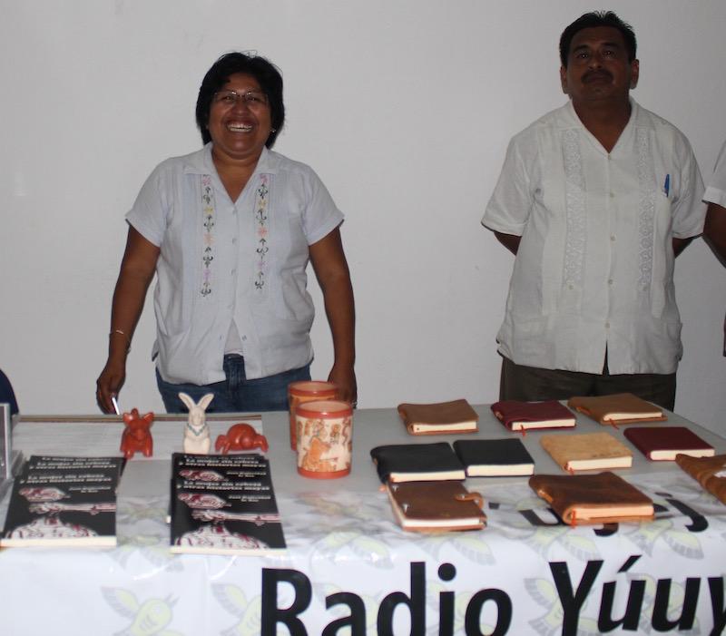 Mesa de Yuuyum, que compartimos. Y la vendedora estrella: la maestra Socorro Cauich
