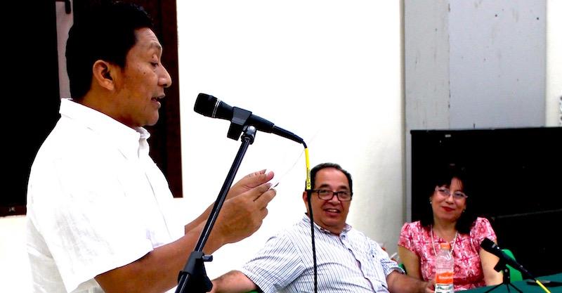 José Ic durante su lectura. En el fondo, el coordinador de la Escuela de Creación Literaria, José Díaz Cervera, y la directora de Bellas Artes, Rita Castro Gamboa