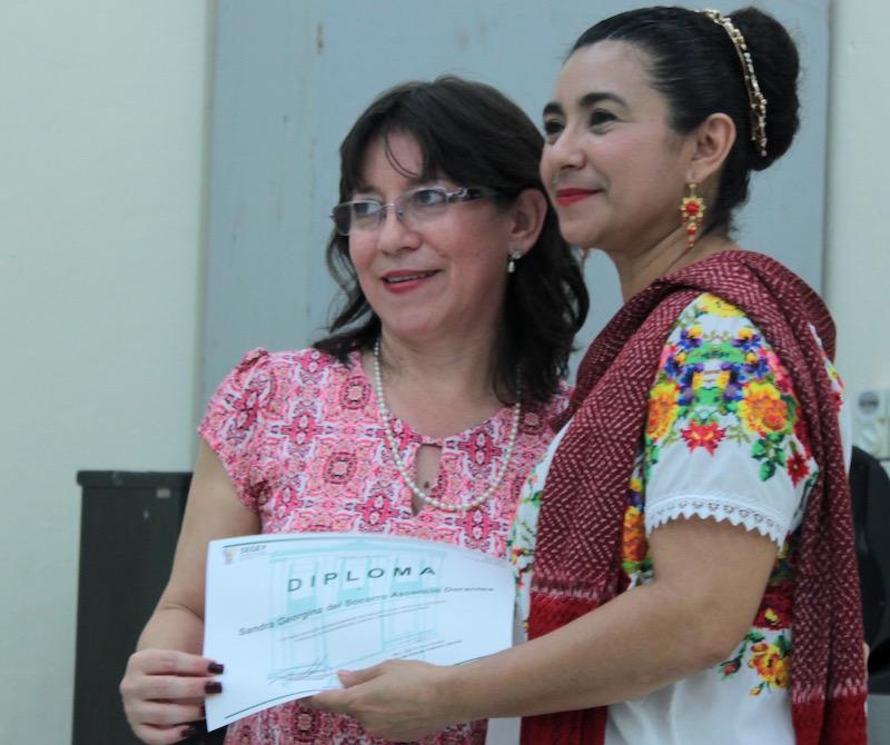 Sandra Ascensio Dorantes recibe su diploma