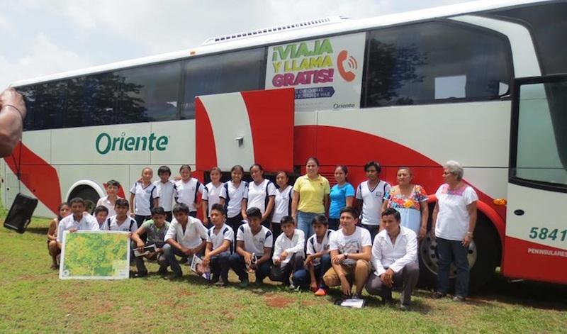 Foto de recuerdo de la visita. Estudiantes de Telesecundaria de Popolá en Peto