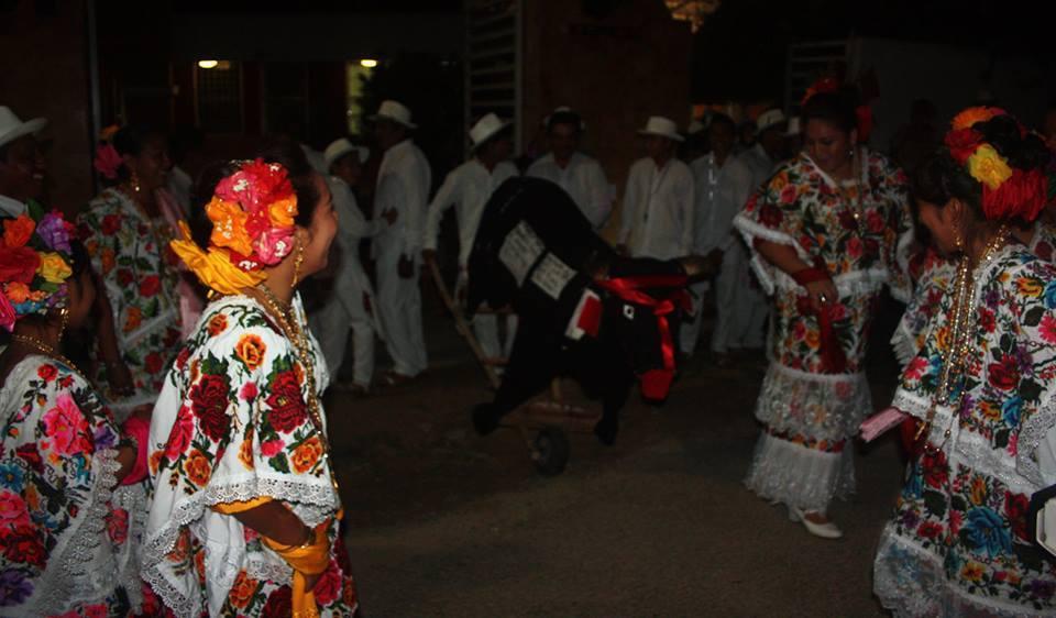 La quema del Torito en la fiestas de las Tres Cruces en Peto