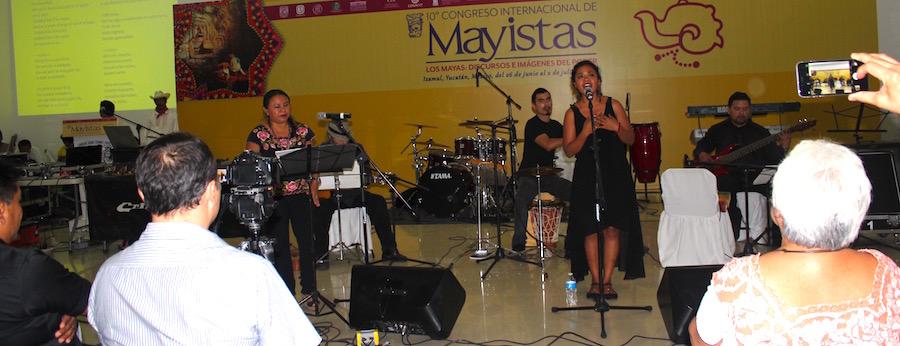 Elisa Chavarrea y Jazmín Novelo en escena, en Izamal