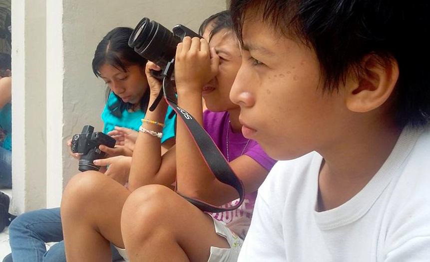 Jovencitos en un curso de fotografía en Mérida