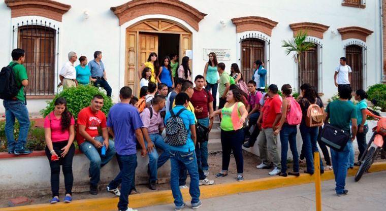 Estudiantes universitarios en la Universidad Indígena de México, en el Fuerte, Sinaloa
