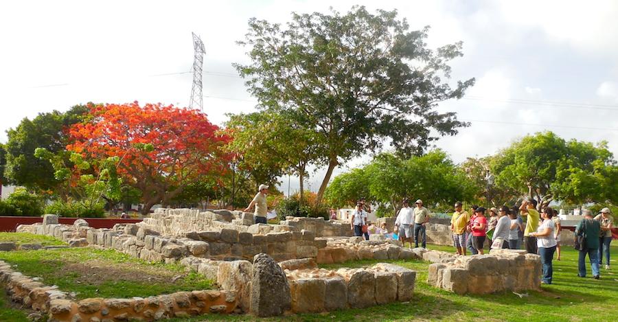 Integrantes de la asociación Xíimbal K'áax en la inauguración de la ruta maya en Mérida