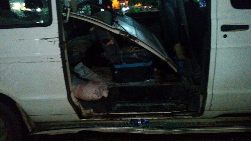 Puerta destrozada de la combi atacada por pandilleros de Peto
