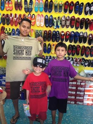 """Padre e hijos presumen su camiseta de """"Sangre maya"""", en Carrillo Puerto"""