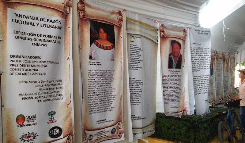 Un ciclista observa la exposición de lonas con poemas de escritores mayas