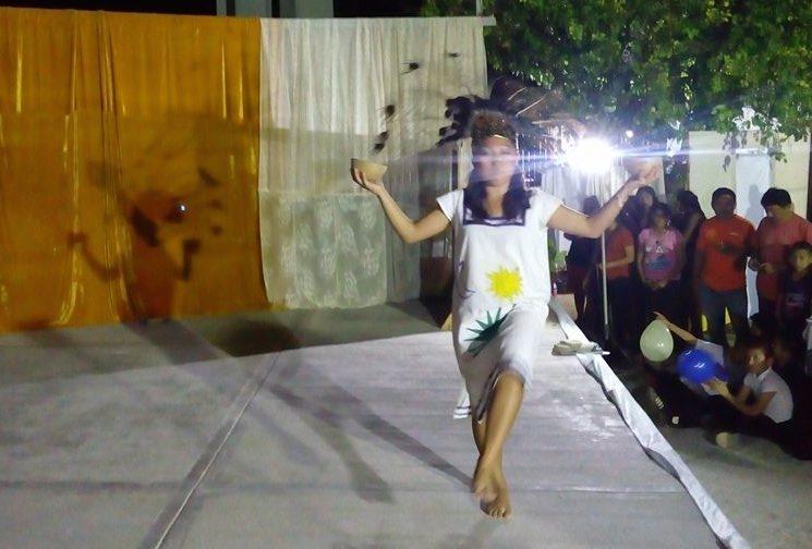 Joven católica con una propuesta de vestimenta prehispánica