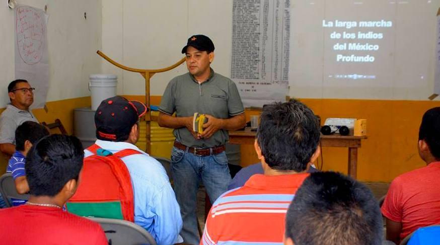 El activista Russell Peba habla a ejidatarios