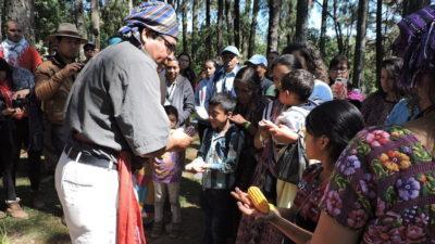 """Sacerdote maya """"hereda"""" el maíz a los niños en Guatemala"""